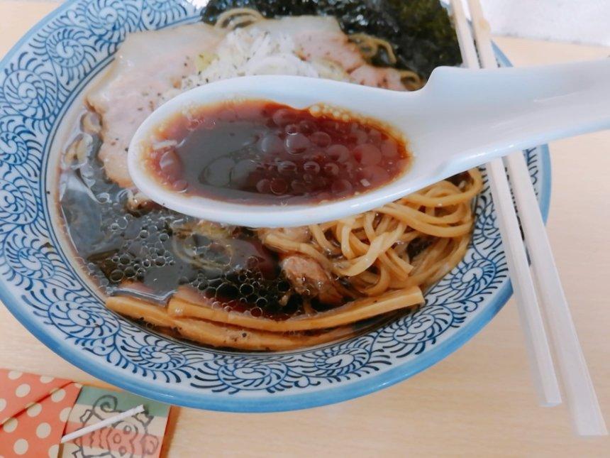 漆黒の中華そばのスープ
