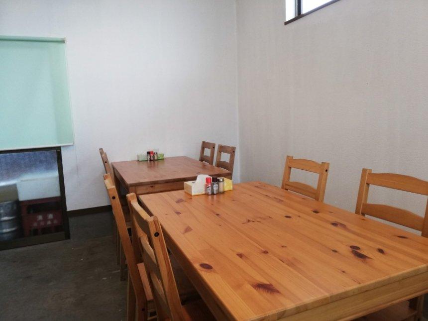 麺屋三四七のテーブル席
