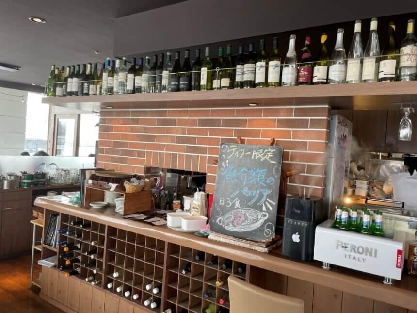 キッチン前の酒棚