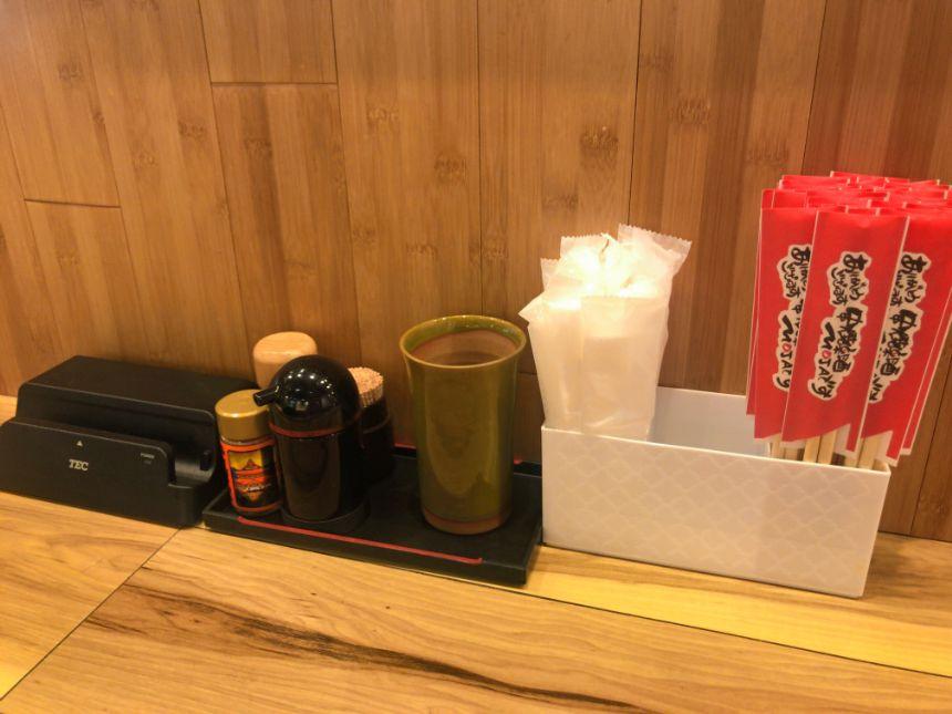 調味料と箸とおしぼり