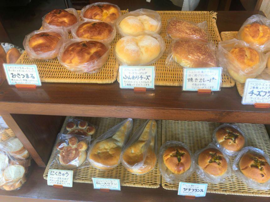 惣菜系パンコーナー(左)