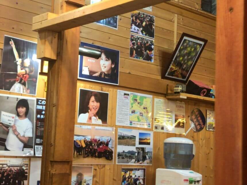 店内の森高千里さんの写真