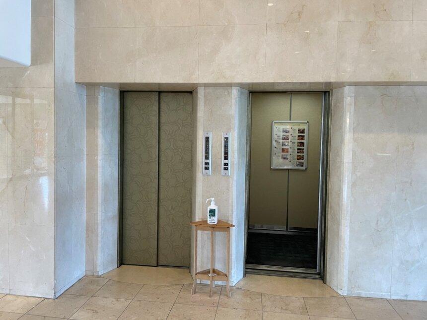 ラウンジのエレベーター