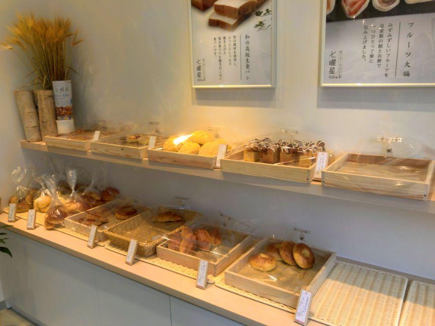 パンが並ぶ棚