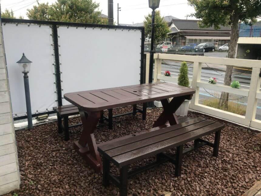 外のテーブル席