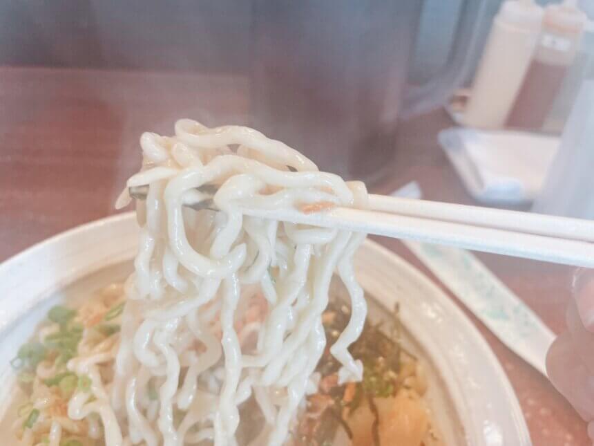 油そばのちぢれ麺