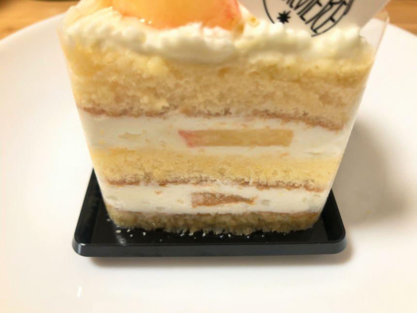 桃のショートケーキの側面