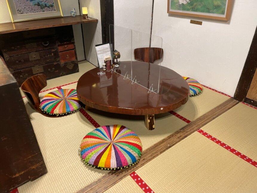 店内のテーブルと座椅子