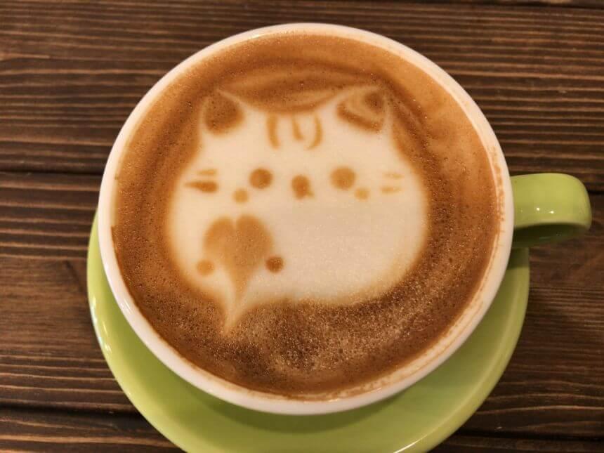 ネコ柄のオーツカフェラテ