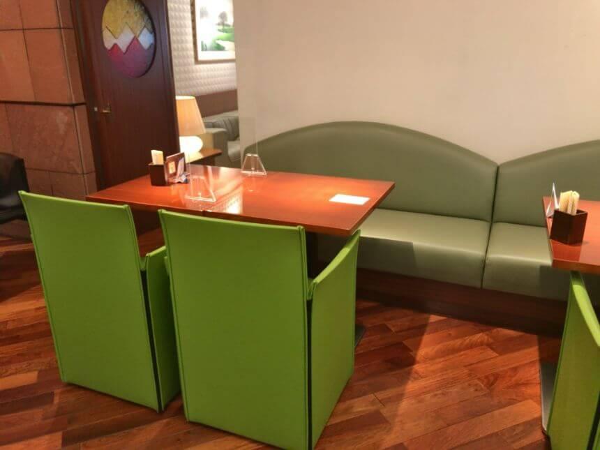 グリーンの椅子