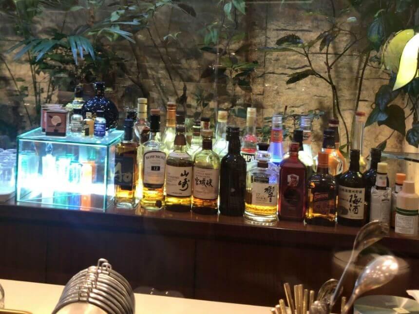 陳列されたお酒のボトル