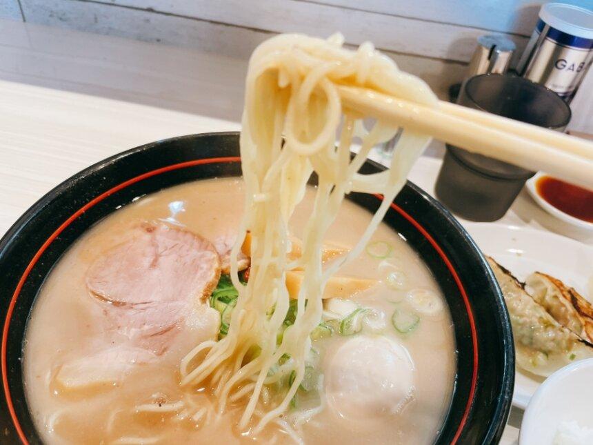 豚骨醤油ラーメンの麺